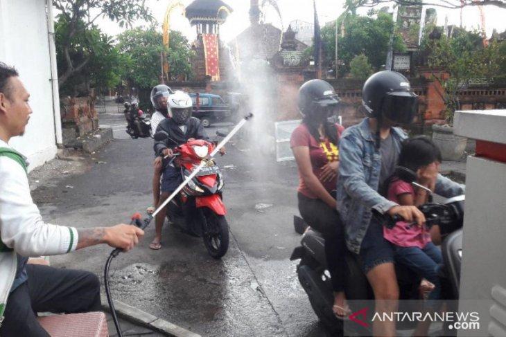 Pengunjung Pasar Badung disemprot disinfektan cegah COVID-19