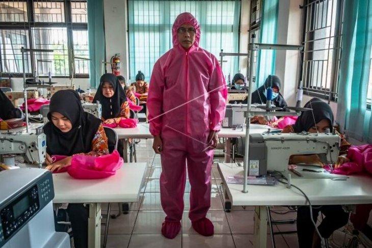 Produksi baju pelindung tenaga medis