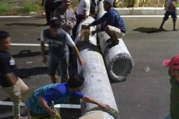 Puluhan warga Kedung Cowek Surabaya blokade jalan JLLT