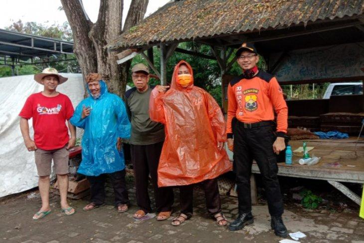 Cegah COVID-19, Warga TMI Kota Serang lakukan penyemprotan disinfektan