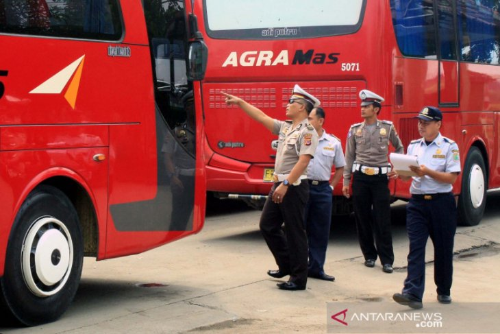 Penumpang di terminal bus Karawang turun 75 persen