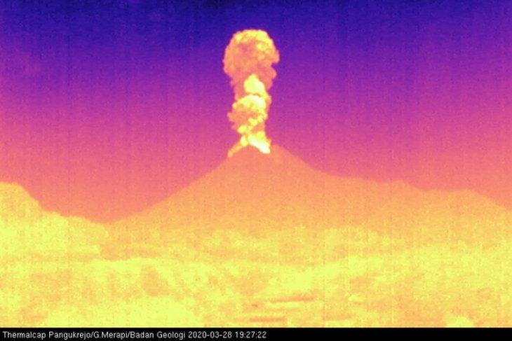 Sabtu malam, Gunung Merapi meletus dengan tinggi kolom 3.000 meter dari puncak
