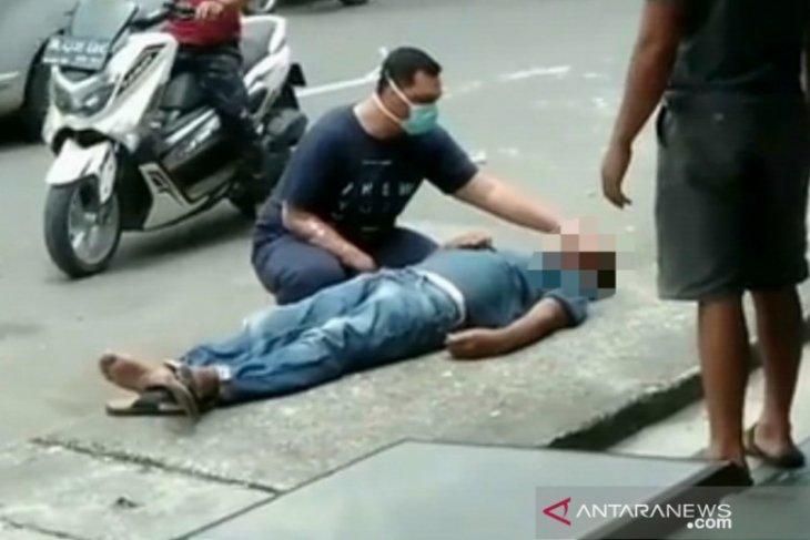 Khawatir corona, warga biarkan pria yang tiba-tiba terkapar di pinggir jalan