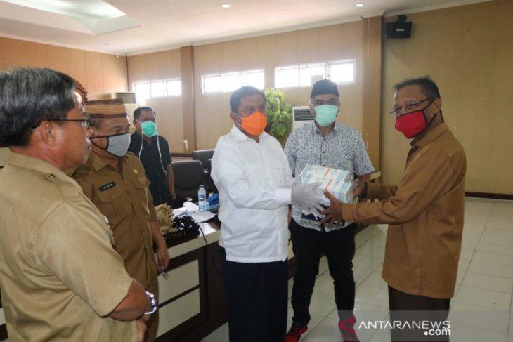 F-NasDem Gorut serahkan APD bantuan Wakil Ketua DPR Rachmat Gobel