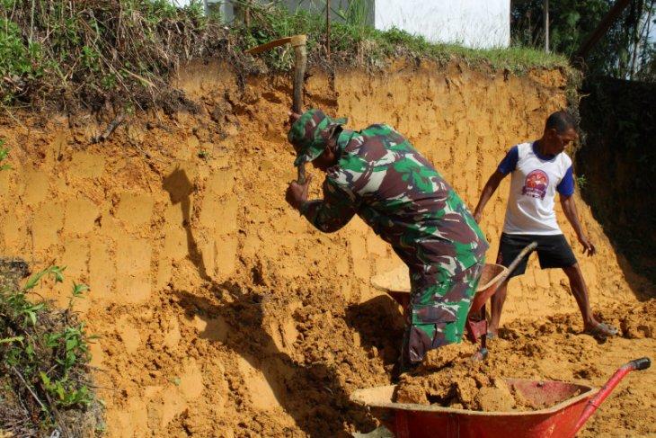 Ratakan tanah Masjid di Sekura, prajurit TMMD dan warga membaur