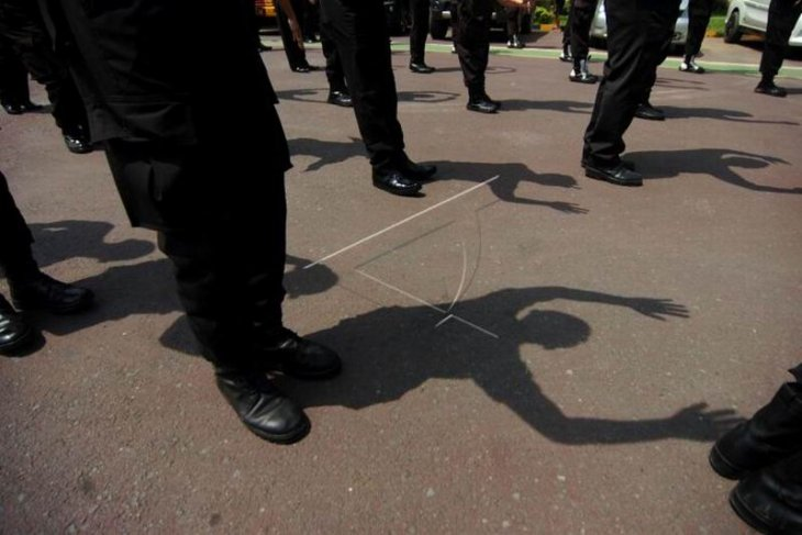 Polisi olahraga dan berjemur