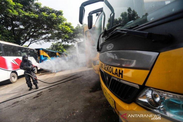 Kendaraan umum masuk Sintang di semprot disinfektan