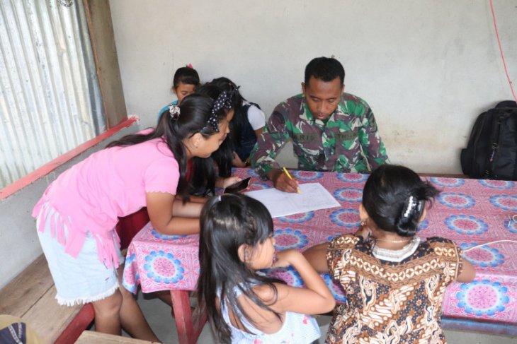 Anak-anak diberikan pelajaran oleh Prajurit Satgas TMMD