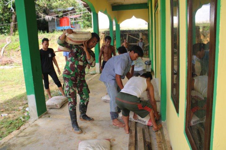 Prajurit Satgas Distribusi material semen
