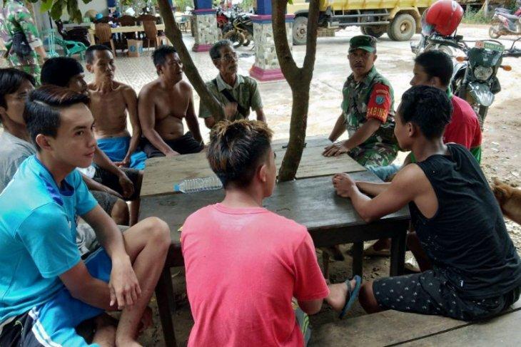 Personel TMMD gaungkan komsos di Dusun Sekura