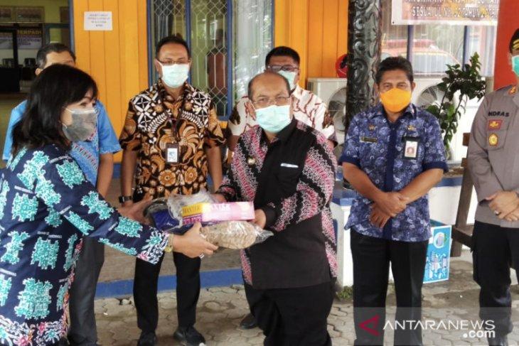 Bupati Kutim serahkan 50 APD untuk tenaga medis RSUD