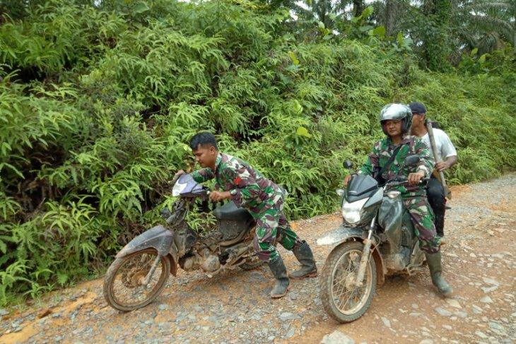 Lihat sepeda motor warga mogok, ini dilakukan prajurit TMMD