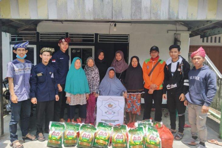 Persatuan Mahasiswa Melayu Kalbar bagikan sembako pada warga lansia