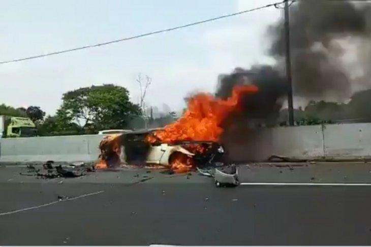 Seorang pengendara tewas dan satu orang luka berat akibat mobil yang kendarai terbakar