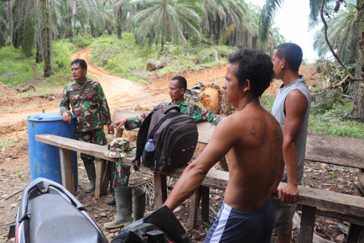 Istirahat kerja, prajurit Satgas TMMD nyambil gelar komsos ke warga