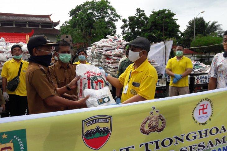 Warga Tionghoa Stabat bagikan ribuan paket sembako dan  masker antisipasi COVID-19