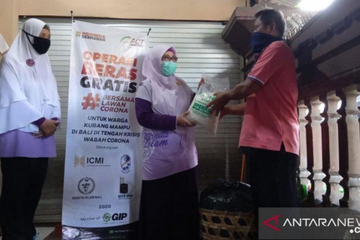 Perempuan Bali bagikan beras gratis bagi warga terdampak COVID-19
