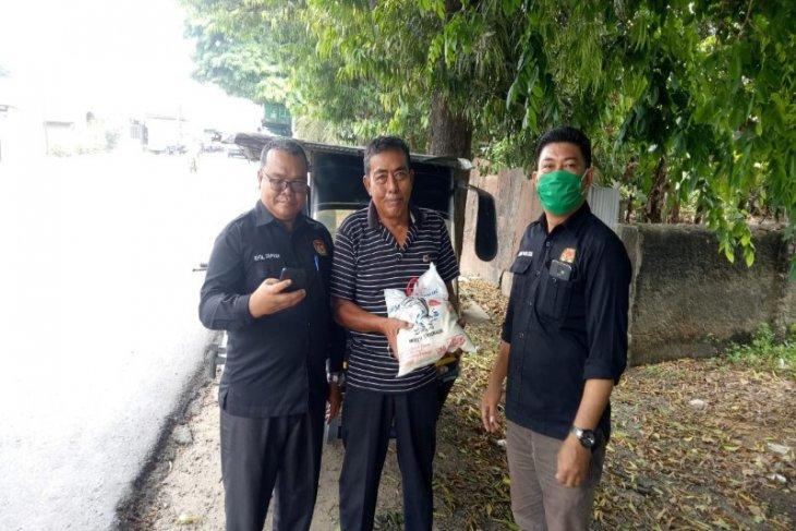 KPU Tebing Tinggi serahkan bantuan beras kepada kaum dhuafa