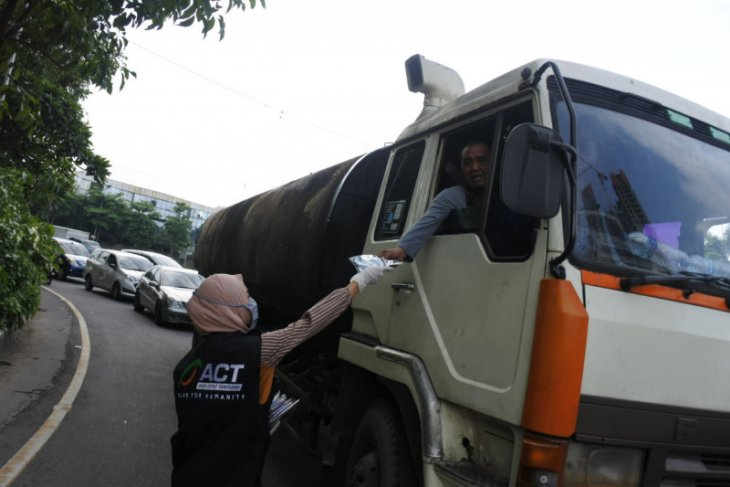 ACT Jatim bagikan masker kain untuk masyarakat Surabaya