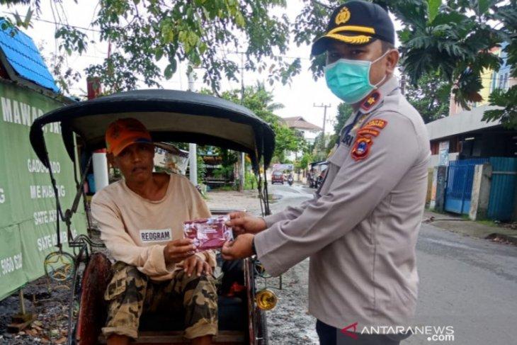 Kapolsekta Banjarmasin Tengah bagikan 200 masker ke masyarakat