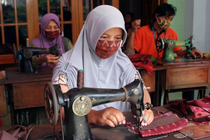 Perajin masker berbahan tenun ikat dari Kediri banjir pesanan