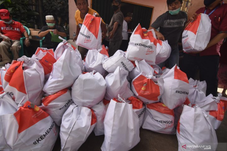 Jakarta's 1.2 million families receive COVID-19 food aid packages