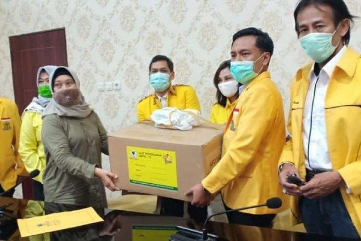 Golkar bantu ratusan APD dokter dan tenaga medis ke Pemkot Surabaya