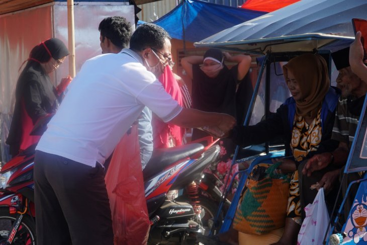 Wabup Gorontalo Utara bagikan masker di pasar tradisional Moluo