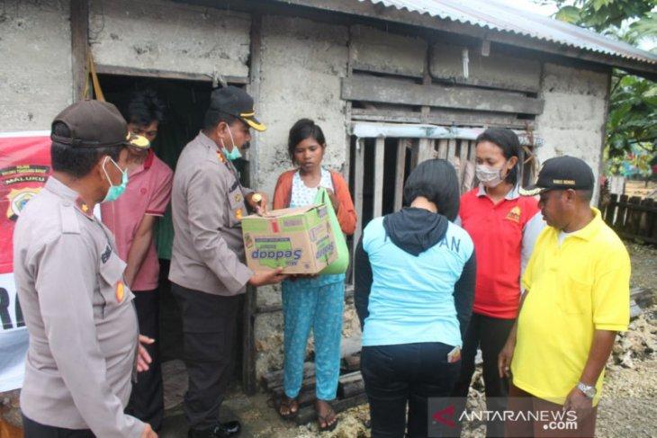 Kapolres MTB serahkan sembako bagi keluarga kurang mampu di Bomaki