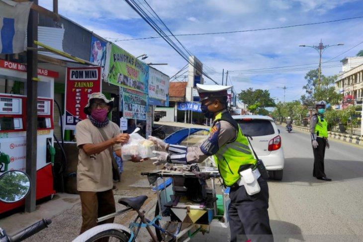 Satlantas Polres Tanah Bumbu bagikan sembako gratis ke masyarakat