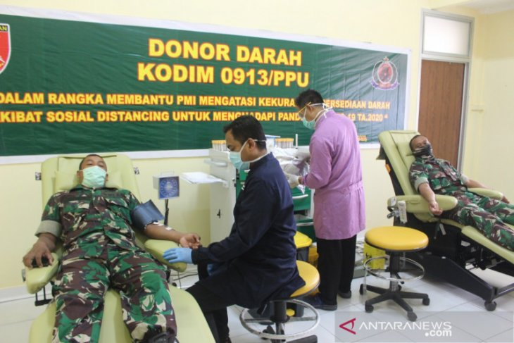 Prajurit Kodim 0913/PPU donor darah atasi kekurangan stok PMI