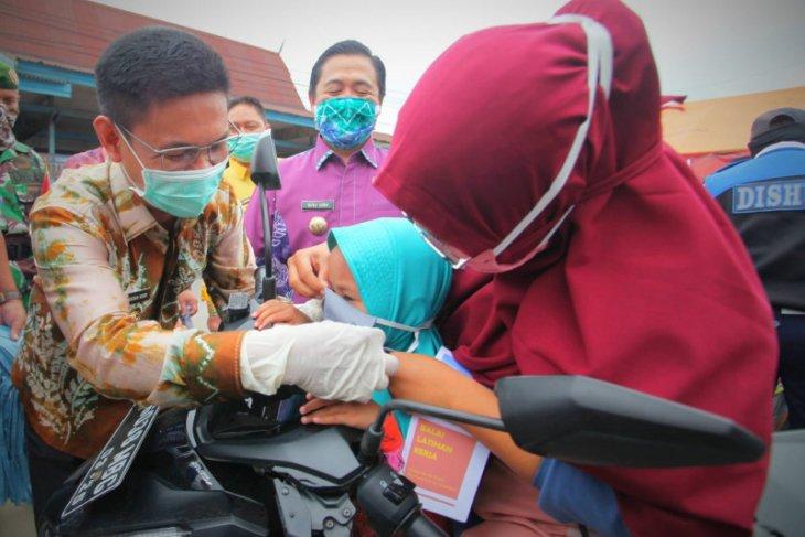 Wali kota-Wabup Batola bagikan masker gratis
