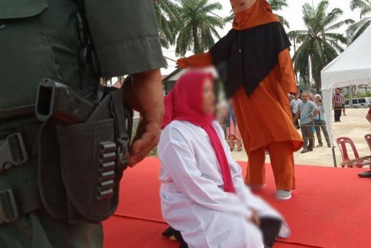 Seorang wanita terlibat perzinaan dihukum cambuk 200 kali di Aceh