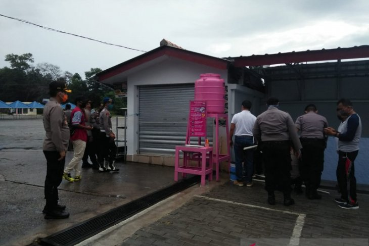 Bhayangkari Bangka salurkan bantuan perlengkapan alat cuci tangan