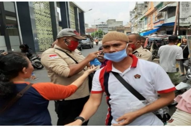 PWI dan IJTI Tebing Tinggi bagi-bagi masker kepada warga