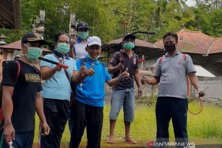Tim Satgas COVID-19 Desa Nawa Kerti Karangasem semprotkan disinfektan ke rumah warga