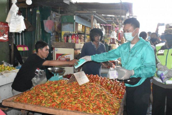 Edi Rusdi Kamtono bagikan masker gratis di pasar tradisional
