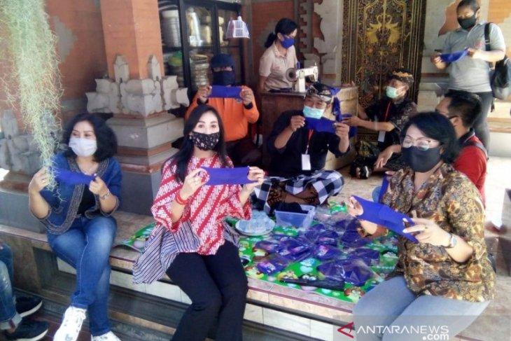 Ketua Dekranasda Gianyar bantu perajin masker kain