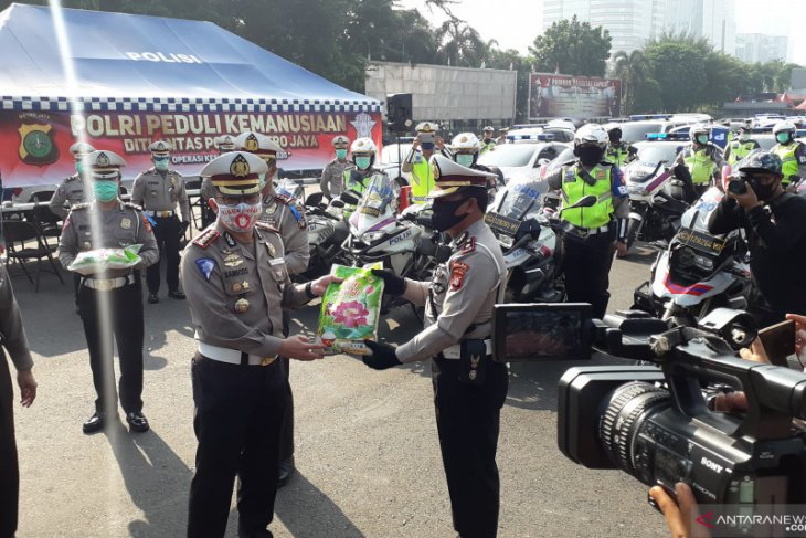 Jakarta police distribute 25 tons of rice to low-income people
