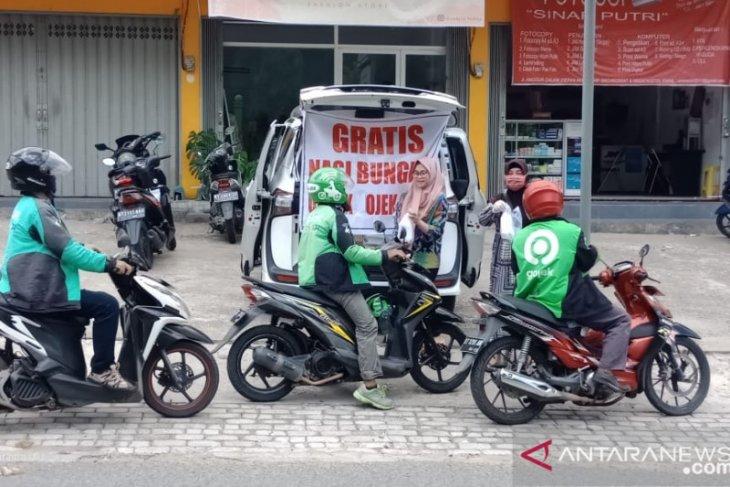 Prajurit TNI Bagikan Nasi Bungkus Gratis Bagi Driver Ojol