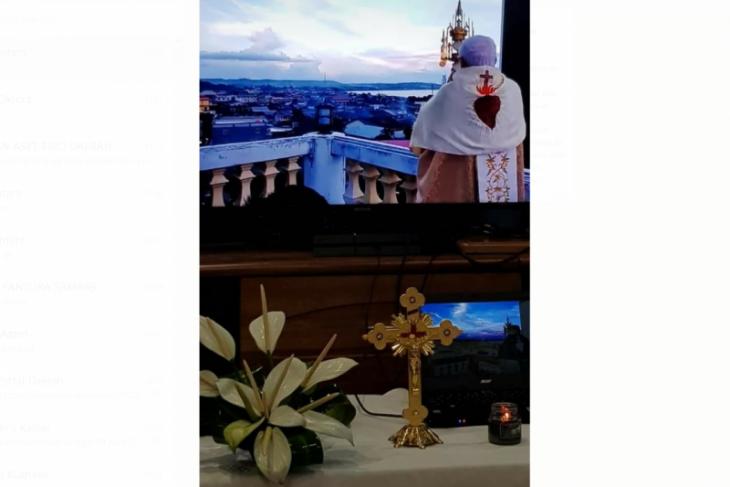 Uskup Sanggau berdoa di Menara Katedral untuk keselamatan umat