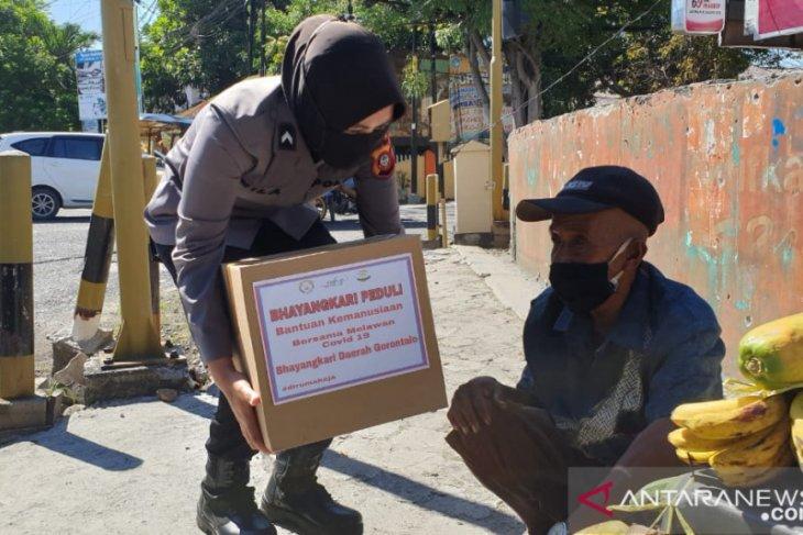 Bhayangkari Polda Gorontalo bagikan bahan pokok ke warga