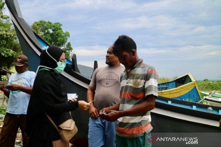 Mahasiswa bagi masker dan vitamin untuk nelayan Sabang