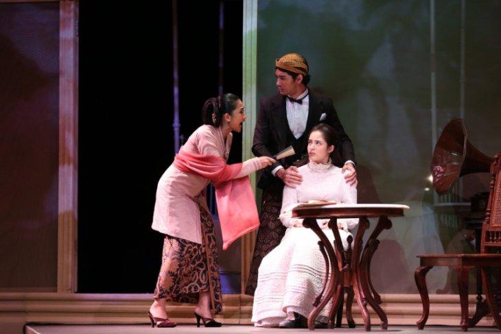 Happy Salma tampil bersama Teater