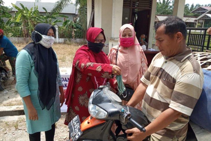 Distanbunak Aceh Tamiang bagi-bagi masker kain di pasar hewan