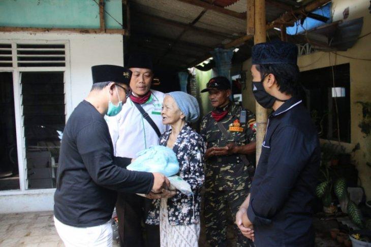 Baznas Banyuwangi bagikan sembako kepada warga terdampak wabah COVID-19