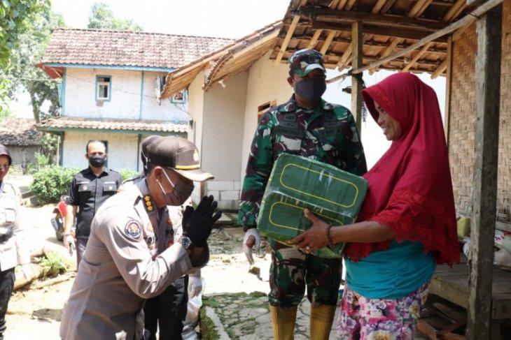 TNI/Polri  peduli dampak COVID-19 salurkan 1.500 paket sembako di Banten
