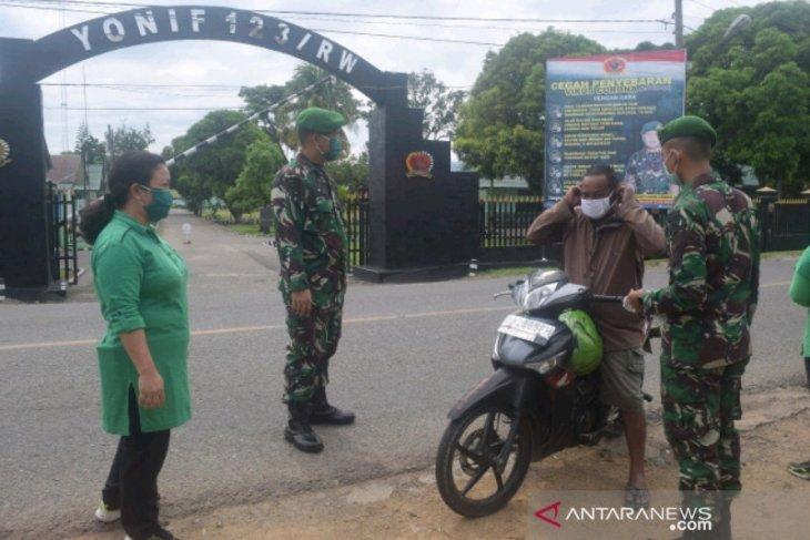 Prajurit Yonif 123 Rajawali bagikan ribuan masker