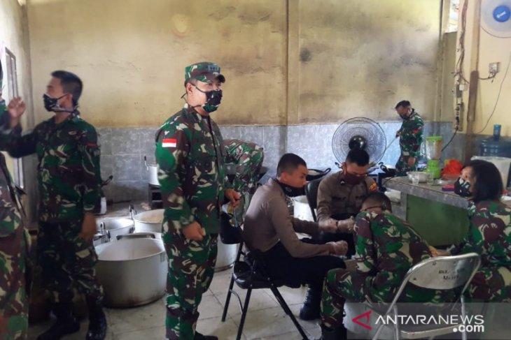 Personel Tentara-polisi di Kalimantan Barat siapkan ribuan nasi kotak tiap hari