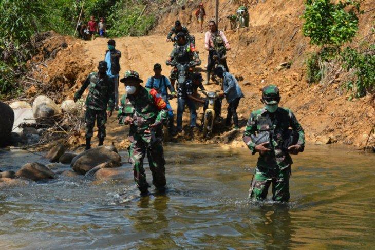 Dandim 1202/Skw lewati jalan terjal distribusi beras ke Sungkung Kabupaten Bengkayang